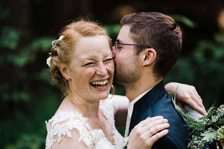 Brautpaar lacht beim Portraitshooting als Hochzeitsfotograf in Wermelskirchen