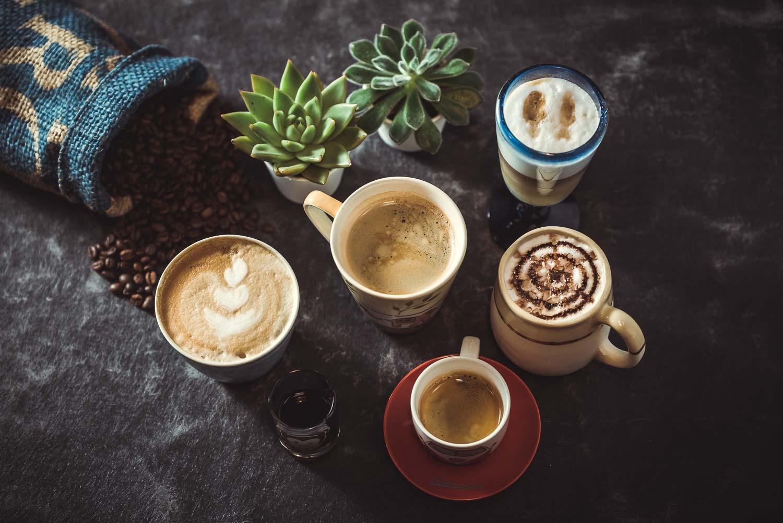 Emotionale Produktfotografie mit verschiedenen Kaffeespezialitäten für Social Media Content während eines Shootings für Bilder Internetauftritt Remscheid