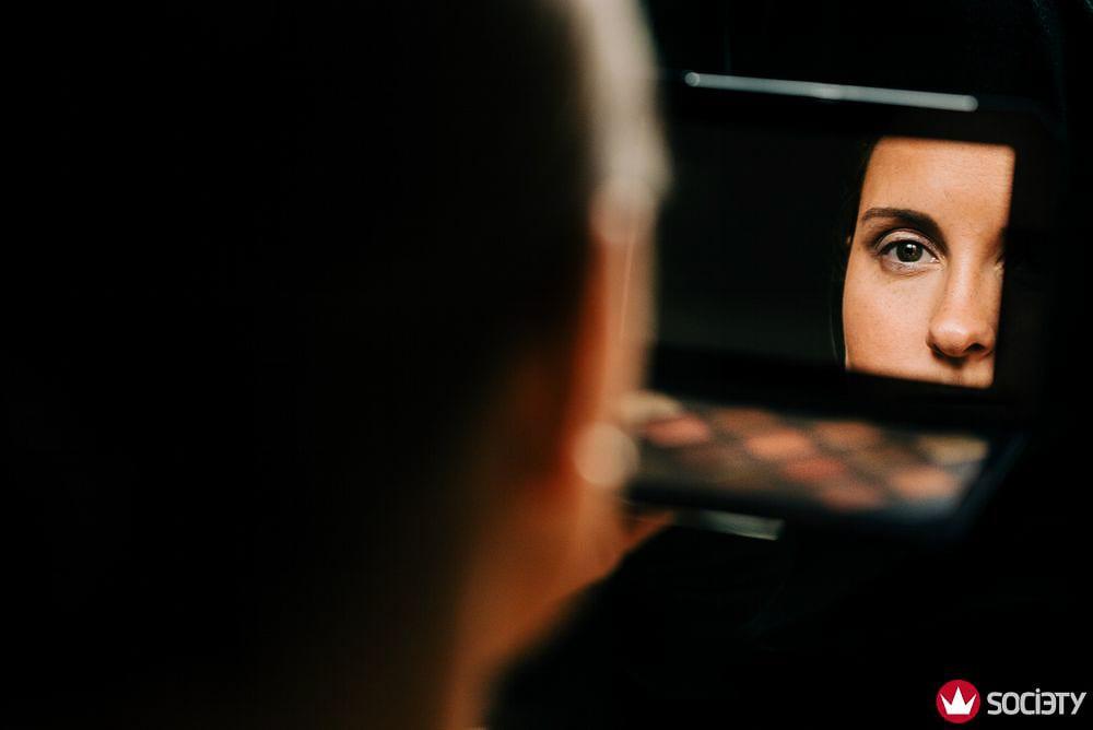 Braut beim letzten Blick in den Spiegel beim Getting Ready. Gewinnerbild Wedding Photographer Society Award.