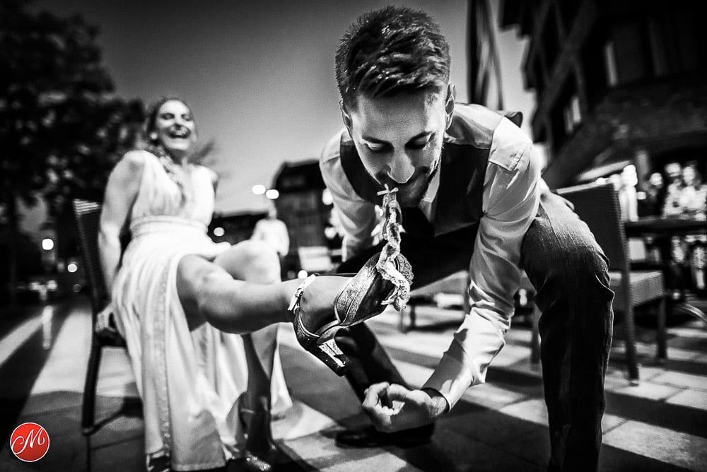 Bräutigam zieht seiner Braut das Strumpfband mit den Zähnen runter. Gewinnerbild Master of Wedding Photography