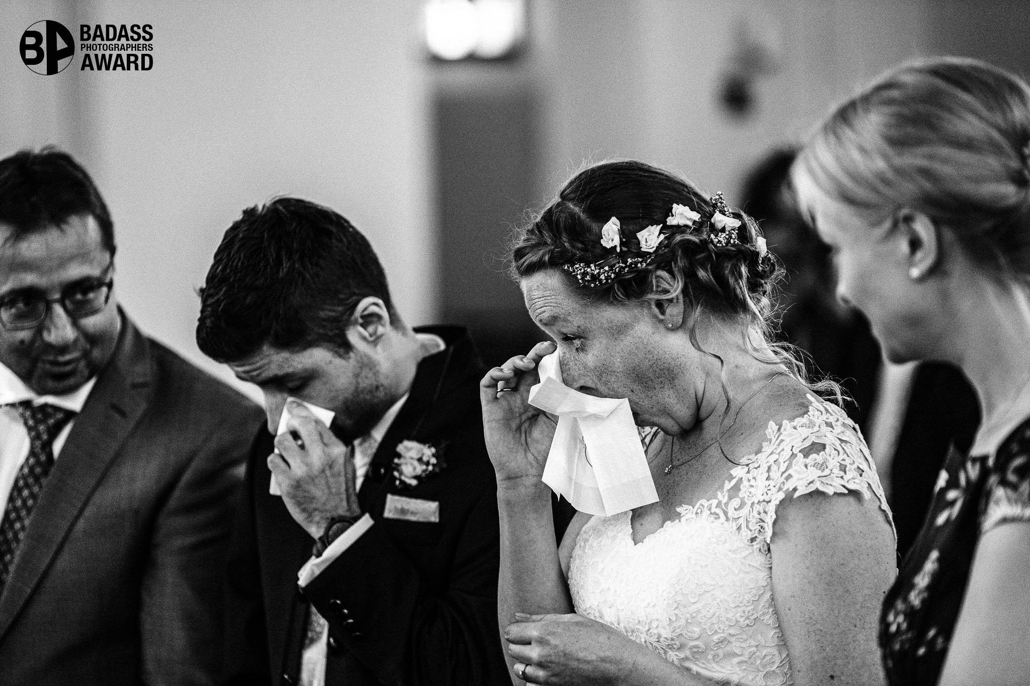 Brautpaar in Tränen vorm Altar. Gewinnerbild Badass Award.